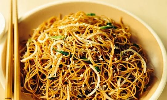 Ez a kínai pirított zöldséges tészta egyszerűen elkészíthető a könnyen beszerezhető alapanyagokból.